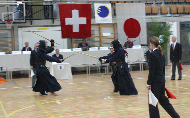 Two kendōka, one (left) is playing in nitō (two sword style) and the other (right) is playing in ittō (one sword style). Courtesy Harald Hofer.