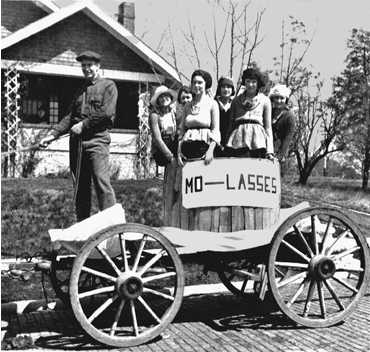A 1910 float. Courtesy University Archives.